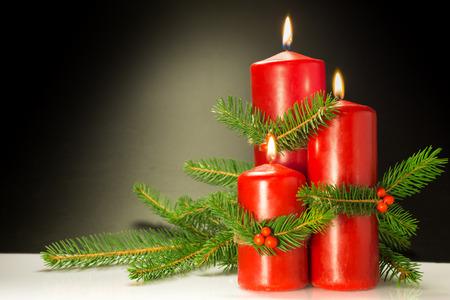 Addobbi natalizi realizzati con spago bacche rosse di pino Archivio Fotografico - 91457220