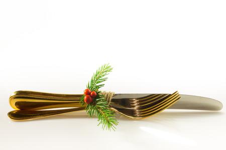 Addobbi natalizi realizzati con spago bacche rosse di pino Archivio Fotografico - 91386889