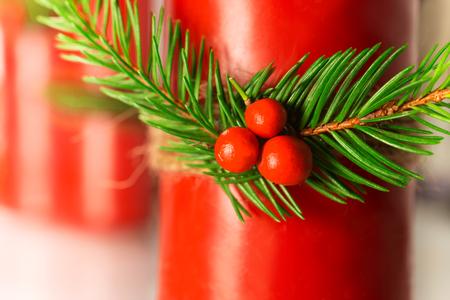 Addobbi natalizi realizzati con spago bacche rosse di pino Archivio Fotografico - 91391740