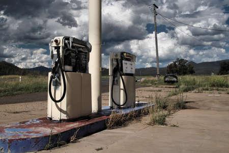 gas station: En desuso pertol bombas en una carretera solitaria Foto de archivo