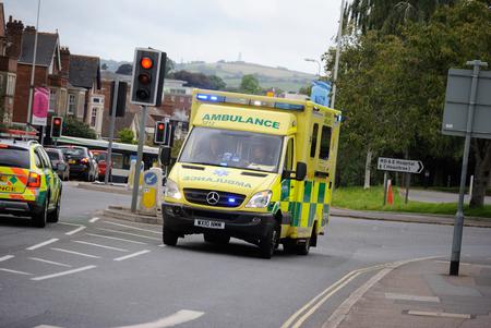 999 ambulance op blauwe lichtlopen
