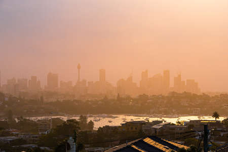 Foggy sunset view of Sydney skyline from the distance. 免版税图像 - 132327098
