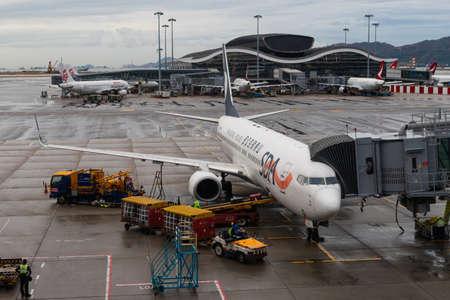 Hong Kong - 6 octobre 2019 : Shandong Airlines Boeing 737 connecté à aerobridge à l'aéroport international de Hong Kong. Éditoriale