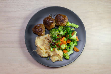 A plate of meatball with vegetables and mashed potato. Standard-Bild