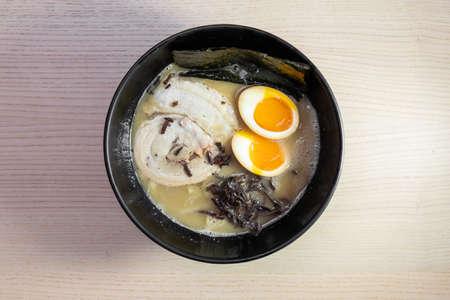 A bowl of tonkotsu ramen with pork slice and egg. Standard-Bild