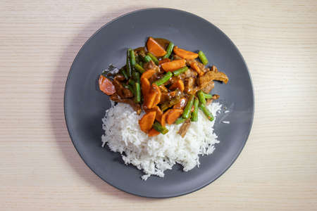A plate of rice with beef and vegetable stir-fry. Standard-Bild