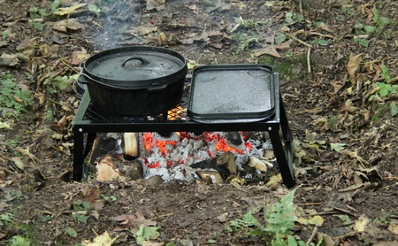 Cooking on an Open Wood Fire in a Woodland Setting  Banque d'images