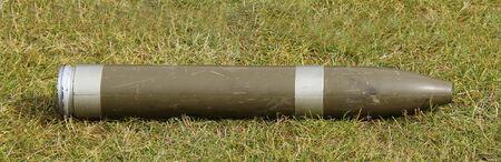 artillery shell: Una pantalla Militar de Artiller�a Shell pone en la hierba Foto de archivo