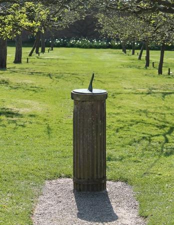Un cadran solaire vintage classique dans un arbre Verger Banque d'images - 28917235