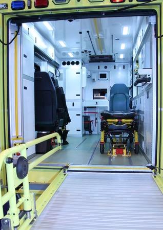 ambulancia: El interior de un vehículo moderno Ambulancia de Emergencia. Foto de archivo