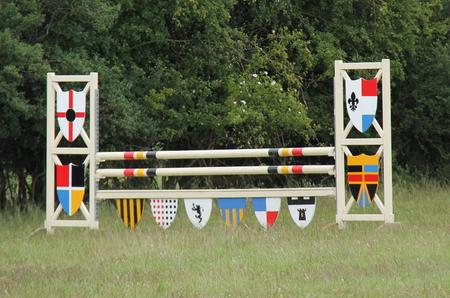 salto de valla: Una cerca de madera colorida por Caballo Concurso de Saltos.