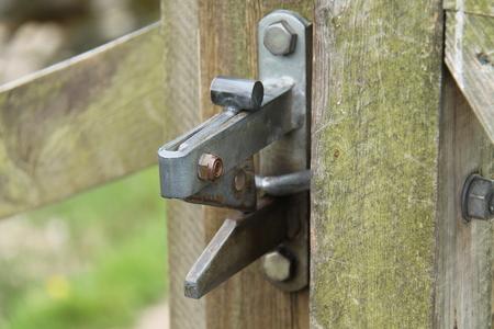 田舎の木製の門ロックからラッチ。