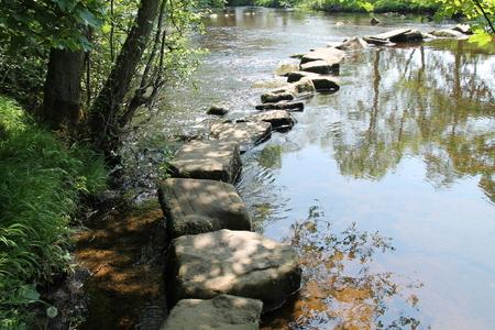 아름 다운 농촌 강을 건너 바위 스테핑 돌입니다. 스톡 콘텐츠
