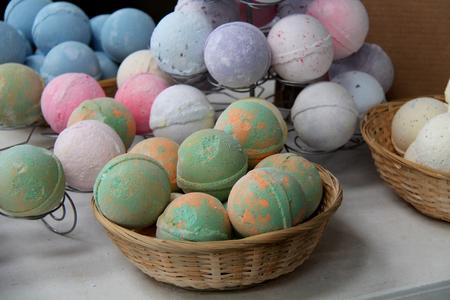 丸いお風呂ボールのさまざまな種類のディスプレイ。