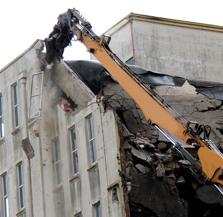 背の高い建物として落下破片を破壊すると。