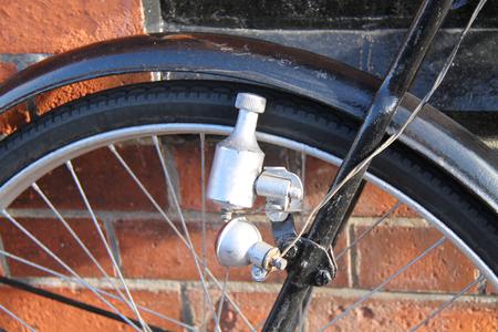 Une unité d'éclairage à dynamo de bicyclette de génération électrique vintage. Banque d'images