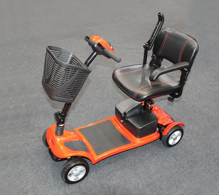 Een moderne elektrische scootmobiel op kleine wielen.