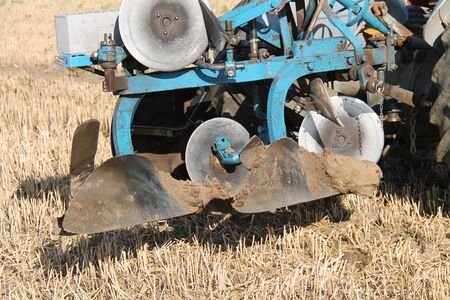 The Mud Covered Blades of a Vintage Farming Plough. Stok Fotoğraf - 133814266
