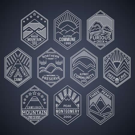 montagna: Set di alpinista e alpinismo bianche modelli labels.Logotype lineari attività all'aperto vettoriali e badge con montagne, cime, torrenti, alberi, sole, parchi tent.National e simboli di esplorazione della natura