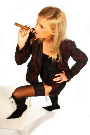 cigarro: Chica rubia celebraci�n de cigarros  Foto de archivo
