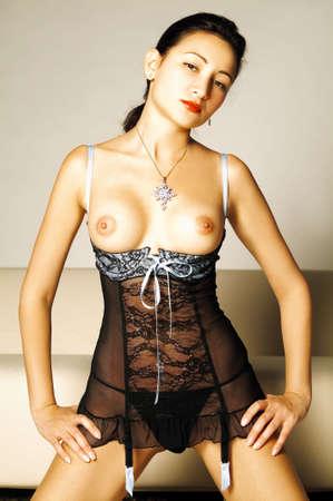 tetas: Sexy morena modelo posando en el sof�