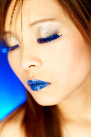 artificial hair: Retrato de muchacha bella asi�tica con azul de labios y pesta�as