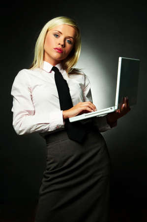 lazo negro: Camisa blanca que usa joven de la mujer de negocios y lazo negro usando la computadora de computadora port�til Foto de archivo