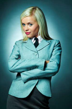 lazo negro: Camisa blanca que usa joven de la mujer de negocios, chaqueta y lazo negro