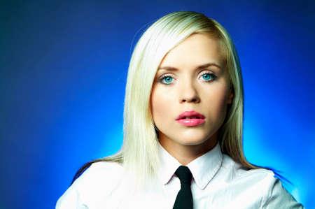 lazo negro: Camisa blanca que usa joven atractiva de la mujer de negocios y lazo negro Foto de archivo