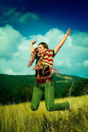 prato montagna: Donna giovane di affari che si distende sul prato della montagna