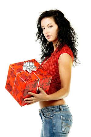 gifting: Hermosa mujer con caja de regalo en sus manos