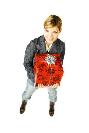 gifting: Mujer hermosa con el regalo encajonado en ella manos