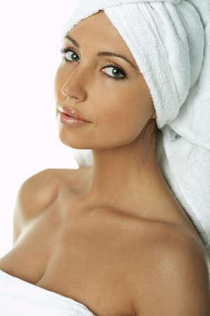 bathrobes: Retrato de la dulce y hermosa mujer morena llevaba una toalla blanca en su cabeza  Foto de archivo