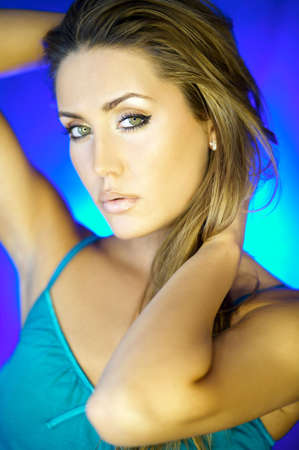 artificial hair: Retrato de la mujer hermosa que usa en fondo azul Foto de archivo