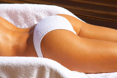 sunbath: Sexy vrouw lichaamsdeel in bikini tijdens zonnebaden tot op ligstoel