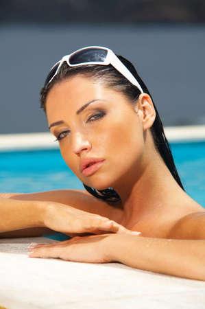 morena sexy: Mujer atractiva joven hermosa del brunette en piscina