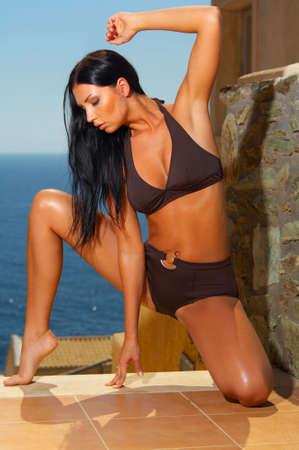 morena sexy: Sexy morena hermosa joven mujer posando en la nataci�n desgaste  Foto de archivo