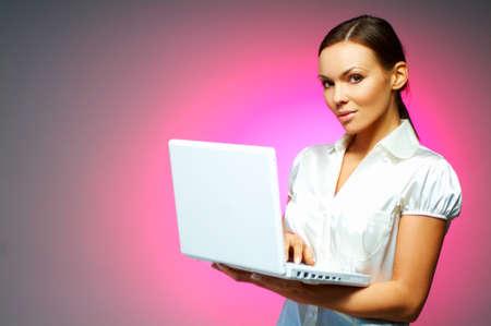 morena sexy: Hermosa y sexy mujer morena de negocios aislados en fondo claro con ordenador port�til