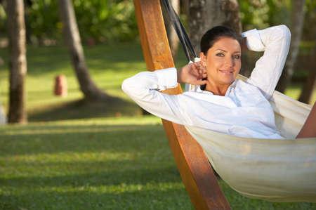 hamaca: 20-25 a�os mujer retrato de relax en hamaca en torno a ex�ticos, indonesia de Bali