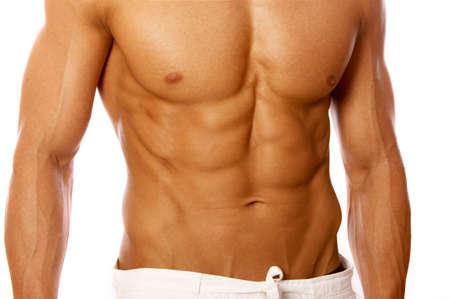 belleza masculina: Muscular y curtidos macho aislado en blanco
