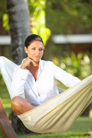 hammocks: 20-25 anni ritratto ralaxing donna su amaca a esotica circostante