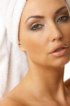 Retrato de 20-25 años bella mujer llevaba una toalla sobre la cabeza