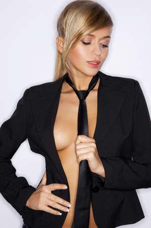 black tie: Bella mujer sexy usando traje negro y corbata