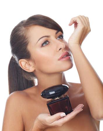 fragranza: Ritratto di donna bella e sexy con la bottiglia di profumo