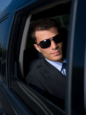 homem: Portrait of business man outside the building