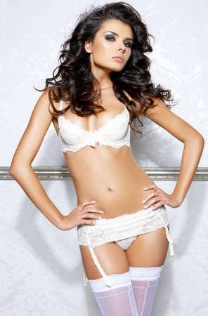 femme brune: Belle et sexy girl portant de la lingerie blanche