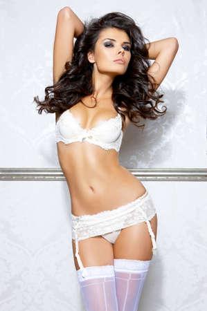 ropa interior femenina: Chica bella y sexy, vistiendo ropa interior blanco