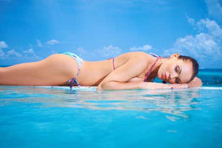 fuga: Beautiful woman resting near pool at Maldives