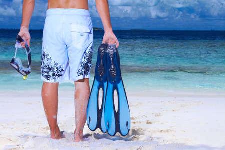 pipe dream: Hombre guapo en la playa que se mantiene la aleta y tuber�a