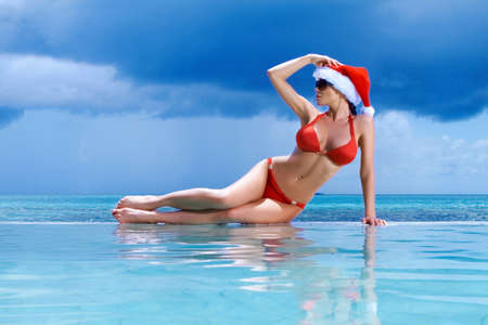 sexy santa m�dchen: Sch�ne Frau ruhen, in der N�he Pool an Malediven